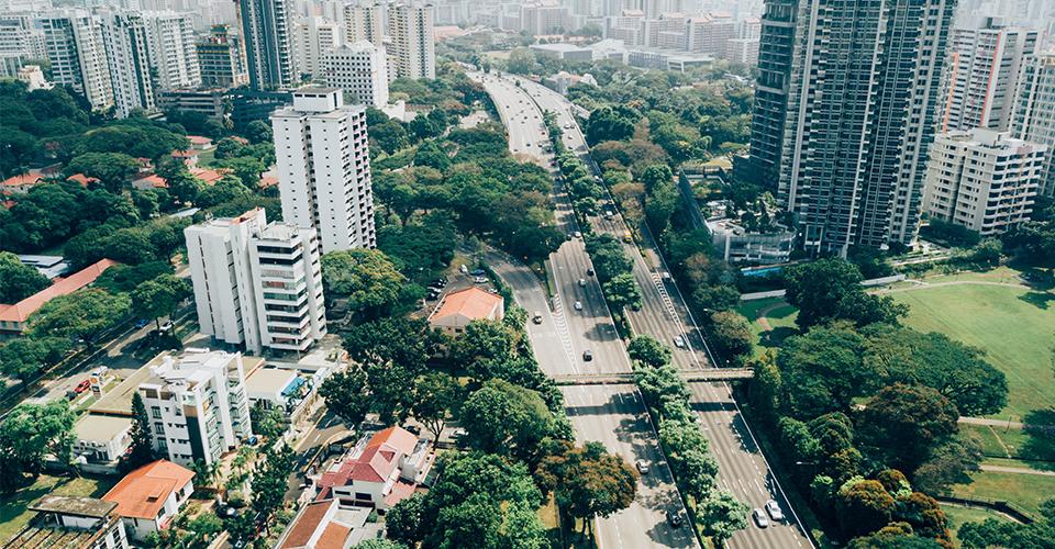 Visão arérea de um bairro com casas, prédios e bem arborizado